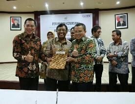 Direktur Utama Askrindo, Asmawi Syam (kiri) bersama Deputi Bidang Usaha Konstruksi dan Sarana dan Prasarana Perhubungan (KSPP) Kementerian BUMN, Ahmad Bambang (tengah) dan Direktur Utama Pelindo I, Bambang Eka Cahyana (kanan) usai menandatangani Head of Agreement tentang kerjasama penutupan asuransi aset produksi tambahan di Kementerian BUMN