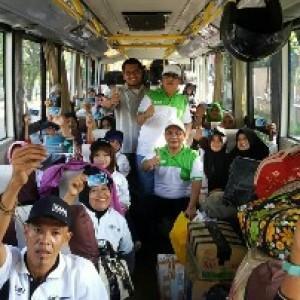 Para peserta Mudik Bersama BUMN memamerkan kartu Asuransi Personal Accident dari PT Asuransi Kredit Indonesia atau Askrindo (Persero). Askrindo memberikan bantuan CSR berupa asuransi Personal Accident kepada 1360 pemudik