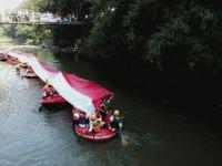 Askrindo Bersama Yalisa Bentangkan Merah Putih Sepanjang 73 Meter di Sungai Ciliwung